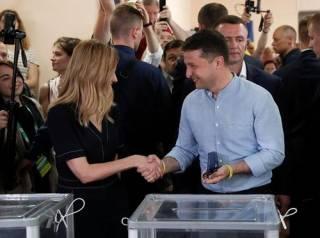 Зеленский заявился на голосование вместе с женой. Но «ошибок прошлого» не повторил