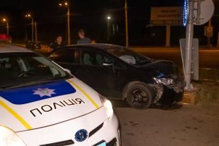 Ночью в Днепре пьяный водитель врезался в светофор