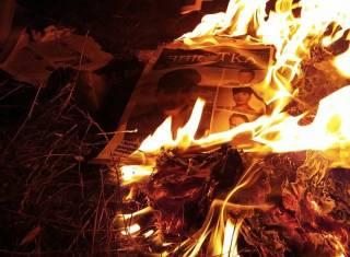 Савченко разожгла костер из собственных агиток и пожелала всем понести ответственность, «когда придет время расплаты»