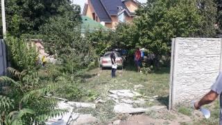 ДТП в Днепре: автомобиль эпично снес забор и вылетел в огород