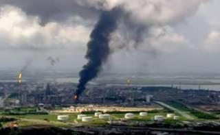 В США эпично горел нефтяной завод: пострадали десятки людей