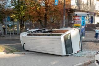 В Днепре перевернулась маршрутка с людьми: появилось видео аварии