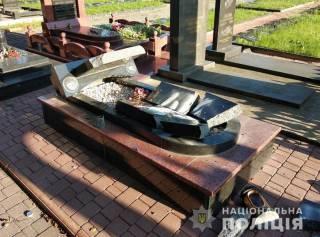 Вандалы осквернили более полутора десятков могил на Житомирщине
