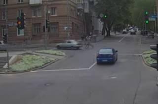 В Днепре автомобиль сбил велосипедиста: появилось видео аварии