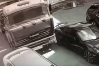 Суровый российский водитель на ходу остановил… КамАЗ