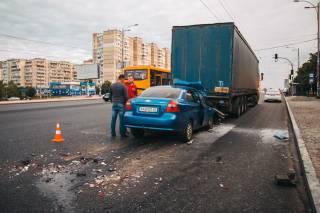 В Киеве автомобиль буквально «влип» в фуру