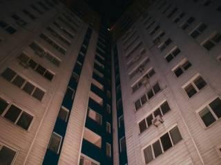 В Киеве девушка с сумкой выпала из окна многоэтажки