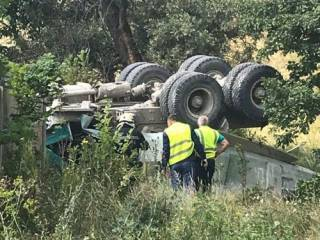 В Харькове груженый КаМАЗ упал с моста