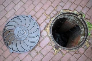 В Киеве 5-летняя девочка на площадке провалилась в открытый люк. За ней туда отправился и ее отец