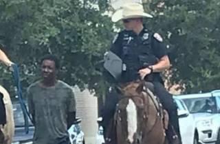 В США полицейские посадили больного темнокожего мужчину на поводок
