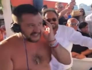 Одиозный итальянский политик «зажег» на музыкальном фестивале с полуголыми девицами
