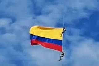 В Колумбии военные рухнули с огромной высоты во время авиашоу (18+)