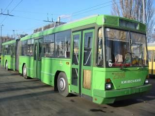 Жителям Троещины пришлось на самом солнцепеке толкать заглохший троллейбус, чтобы освободить перекресток