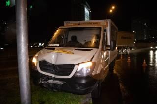 В Киеве машина с хлебом врезалась в столб