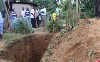 Их нравы: африканцы выпотрошили могилу своего коллеги ради униформы (18+)