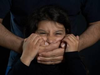 На Днепропетровщине бывший зек систематически насиловал дочь своей сожительницы