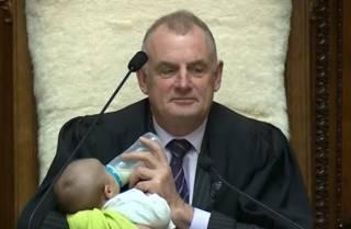 Новозеландский спикер прямо в парламенте… покормил чужого младенца