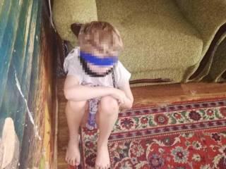 В Днепре многодетная мать связала ребенка скотчем и посадила его на цепь