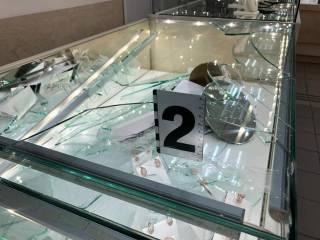 Неизвестные преступники дерзко ограбили ювелирный магазин в одном из киевских спальников