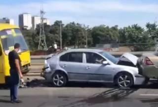 В киевском спальнике водитель маршрутки устроил «паровозик» из шести машин