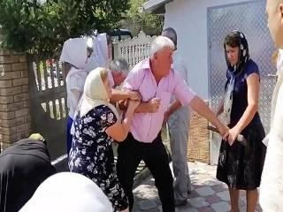 В сети опубликовали видео штурма храма УПЦ, который организовал школьный учитель на Буковине