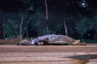 В Киеве грузовик насмерть сбил пешехода-нарушителя, после чего скрылся с места ДТП (18+)