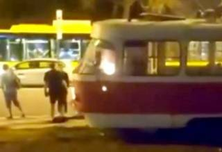 В Киеве на Оболони сгорел трамвай. Очевидцы сняли видео