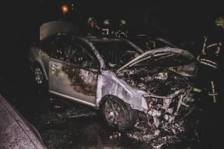 В одном из киевских дворов сгорели сразу несколько автомобилей