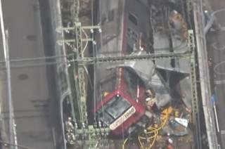 В Японии поезд протаранил грузовик: пострадали десятки людей