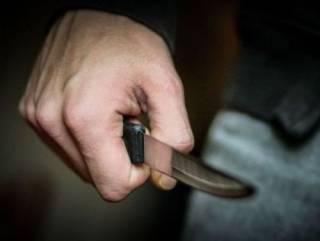 В Киеве мужчину полоснули ножом по горлу