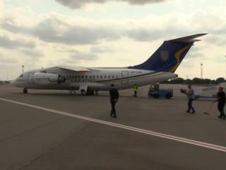 Самолет с освобожденными украинцами приземлился в Борисполе. Их встретил сам Зеленский