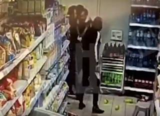 Эпичная драка в московском супермаркете стала хитом сети (18+)