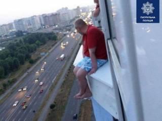 Появилось видео, как в Киеве мужчину отговорили совершать самоубийство