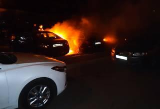 Ночью в Киеве сожгли сразу несколько машин