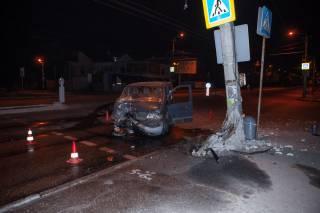 Два ДТП в Днепре: один автомобиль снес столб, а второй врезался в мост