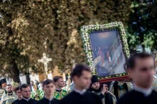 В Киево-Печерской лавре тысячи верующих УПЦ отмечают Собор святых, в Дальних пещерах почивающих