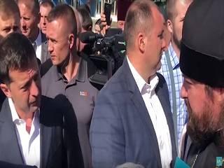 Зеленский в Ровно успокоил верующих УПЦ, храмы которых захвачены и попросил доложить о беззакониях ему письменно