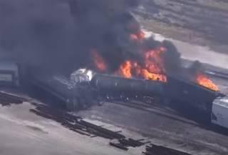 В США эпично перевернулся и вспыхнул поезд