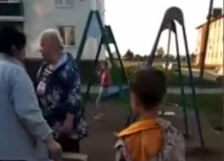 Суровые российские пенсионерки… снесли мешавшую им детскую площадку