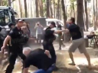 На «зеленой» окраине Киева возмущенные жители подрались с полицейскими