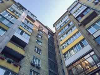 Выпав из окна восьмого этажа, в Киеве погибла психически больная старушка