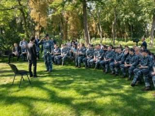 Зеленский вручил «президентские» подарки сдавшимся в плен морякам