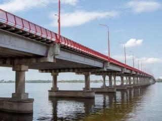 Модель из Днепра таки разделась на Новом мосту. Но так, чтобы никто не определил победителя пари между Зеленским и Филатовым