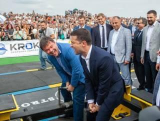 Зеленский и Богдан повеселили людей, приняв участие в состязании силачей