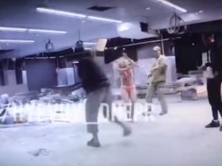 В Днепре разъяренные мужчины трубой и ногами избили полуголую девушку