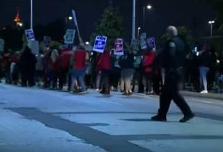 Американские рабочие вышли на крупнейшую забастовку за последнюю дюжину лет