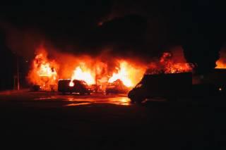 В Киеве большой огонь уничтожил склады матрасов и две машины