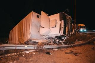 Под Киевом грузовичок протаранил пассажирский автобус и вылетел в овраг