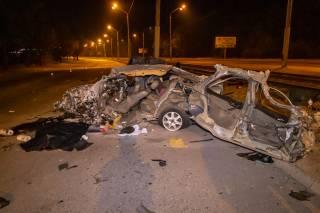 В Днепре автомобиль на гигантской скорости влетел в столб: появилось видео момента аварии (18+)