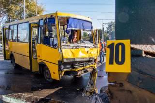 Кровавое ДТП в Днепре: грузовик рванул на красный свет и протаранил маршрутку